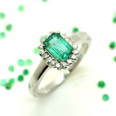 Ring in 18 kt gold with emerald and diamonds totalling 1.18 ct