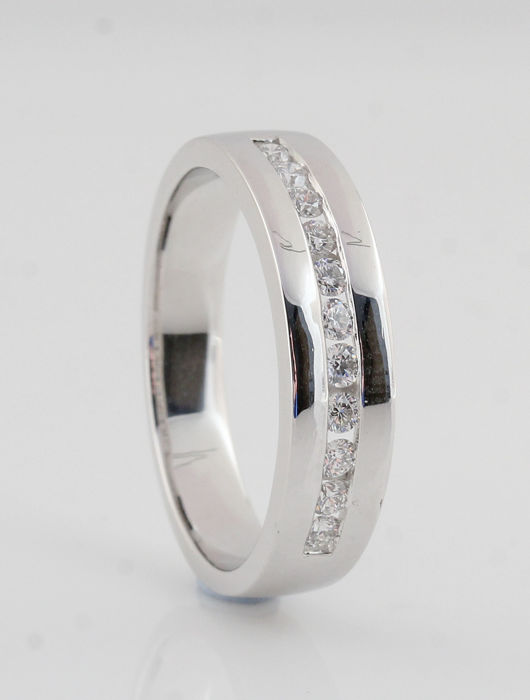 Platinum (950) diamond ring 0.30 ct / G-H VVS2-VS2 / Strong sparkle / weight; 6.70 g / ring size: 56