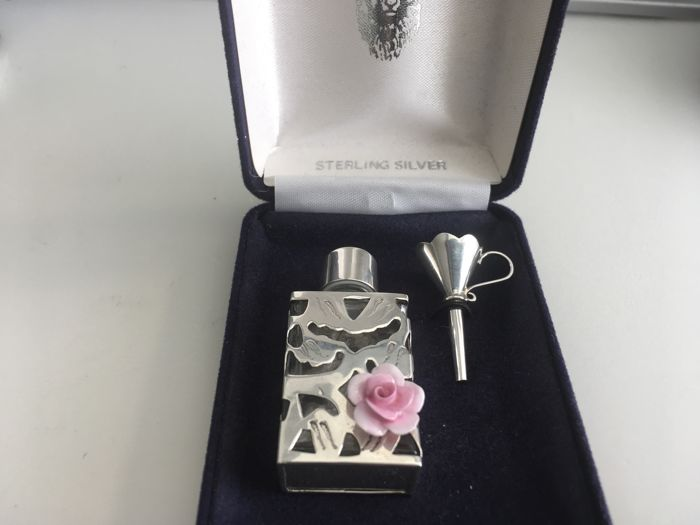 Ornate vintage solid silver screw top glass rectangular Scent bottle with funnel - London - 1991