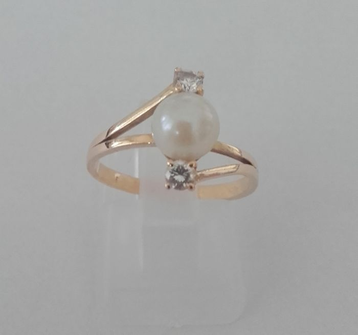 18 kt gold women's ring with inlaid with cultured pearl and brilliant cut diamond. Finger size: 52