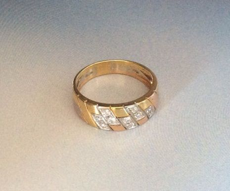 18 kt gold ring with diamonds.  Size: 21/61