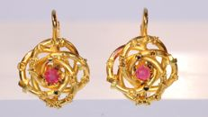 Adorable Victorian yellow gold earrings with two red strass stones - Anno 1880