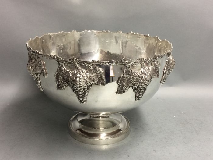 Very beautiful silver-plated Champagne cooler with decoration of grapes