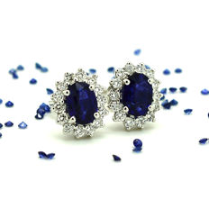 Gold earrings (18 kt) with sapphires and brilliant cut diamonds, totalling 2.56 ct