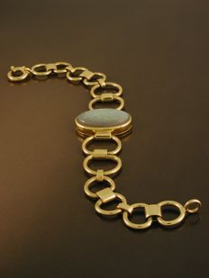 Bracelet in 18 kt/750 yellow gold,  hallmarked, with oval cut opal,  2.5 x  1.5 cm