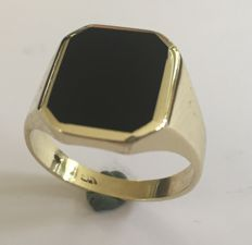 14 kt Gold ring with onyx stone - size 19.75