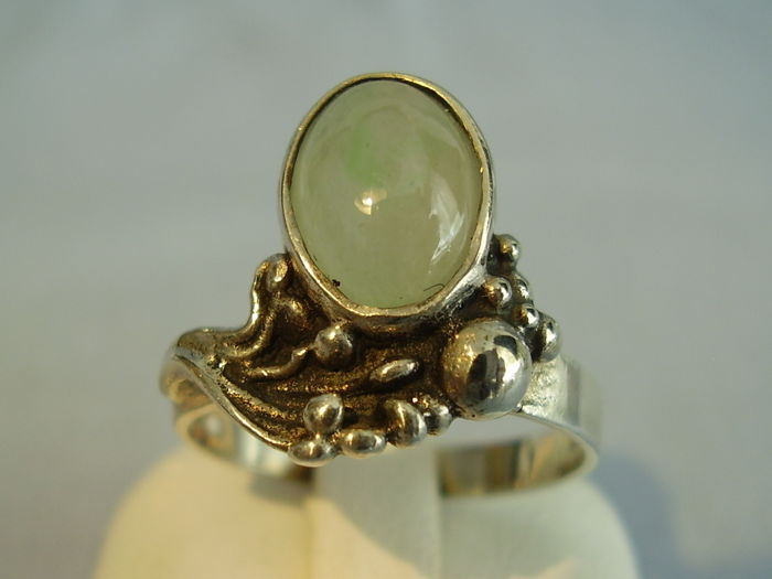 Art Nouveau rinig with green jade/nephrite cabocon weighing approx. 3 ct