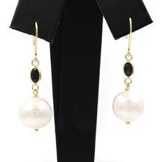 18 kt (750/1000) yellow gold - Earrings -– 0.40 ct sapphire - 11.15 mm pearls