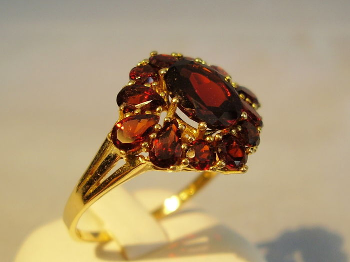 Victorian garnet ring 18 kt yellow gold with faceted antique rose-cut garnets