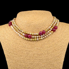 18kt/750 yellow gold necklace with cultured pearls and rubies  - Length 114 cm.