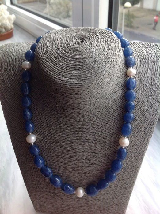 Necklace with sapphire and baroque pearl with white gold 18 kt clasp, length 48 cm.