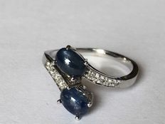 Ring in 14 kt white gold, with 2 cabochon cut Sapphires of 1.20 ct and 8 brilliant cut Diamonds of 0.20 ct. Ring diameter 16.5 mm, ring weight 2.448 g. & No reserve &