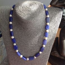 Necklace of sapphire and baroque pearl with white gold 18 kt / 750 clasp, length 48 cm.