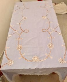 Very beautiful and large linen tablecloth, old. Needle point lace, handmade embroidery
