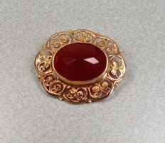 14 kt gold brooch with carnelian.
