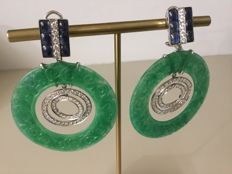 Dangle earrings ins 18 kt white gold, weighing 23.5 g in total - Engraved jade, diamonds and sapphires - Earring diameter: 48 mm - Total length: 7 cm