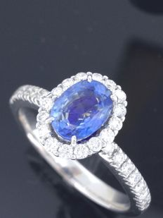 Diamond ring with exclusive sapphire of 1.05 ct & 30 diamonds, 0.50 ct in total