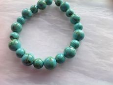 Bracelet made of turquoise - howlite, with a white gold, 18 kt / 750 clasp, length 20 cm.