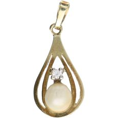14 kt – Yellow gold pendant, set with 1 brilliant cut diamond of approx. 0.01 ct in total and 1 cultured pearl – Length x width: 2.1 x 0.9 cm