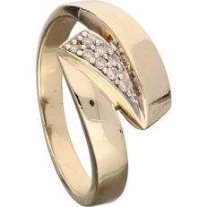 14 kt – Yellow gold wavy ring set with 8 diamonds of approx. 0.08 ct in total – Ring size: 18 mm