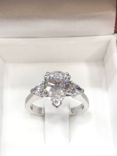 18kt 750/1000 white gold solitaire set with a pear diamond of 1.61 ct at the centre 'hrd certificate' and 2 diamonds on the sides