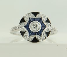 14 kt white gold ring decorated with black enamel and set with sapphire and 19 brilliant cut diamonds of approx. 0.25 ct in total