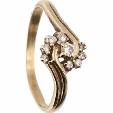 14 kt - Yellow gold wavy ring set with 9 brilliant cut diamonds of in total approx. 0.1 ct - Ring size: 16.5 mm
