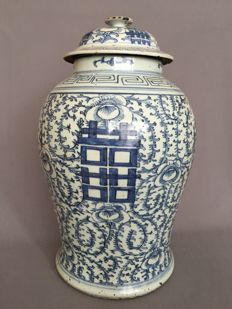 Blue and white porcelain jar - China - late 19th century