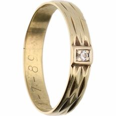 14 kt - Yellow gold tooled ring set with one brilliant cut diamond of approx. 0.02 ct in total - Ring size: 17.75 mm