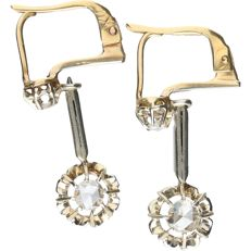 18 kt - Bi-colour, yellow/white gold earrings set with two rose cut diamonds, approx. 0.36 ct in total - Length x width: 2.6 x 1.2 cm