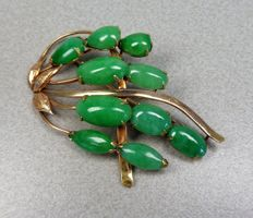 14 kt gold brooch with jade, 50s.