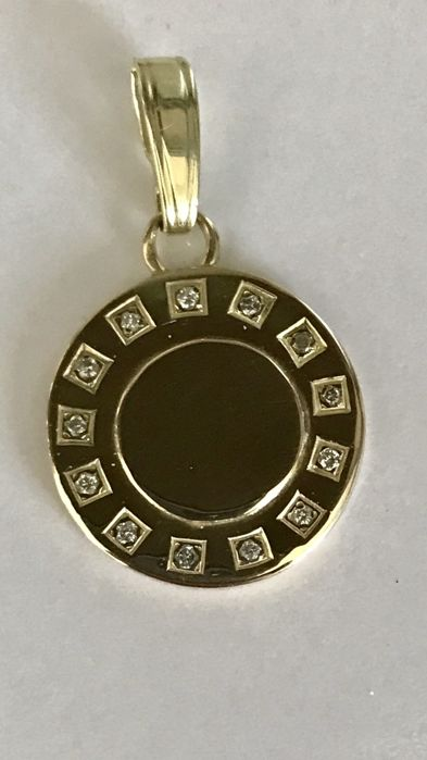14 kt Gold engraving pendant with 13 brilliant cut diamonds of 0.02 ct each. In total: 0.26 ct. Diameter: 2 cm