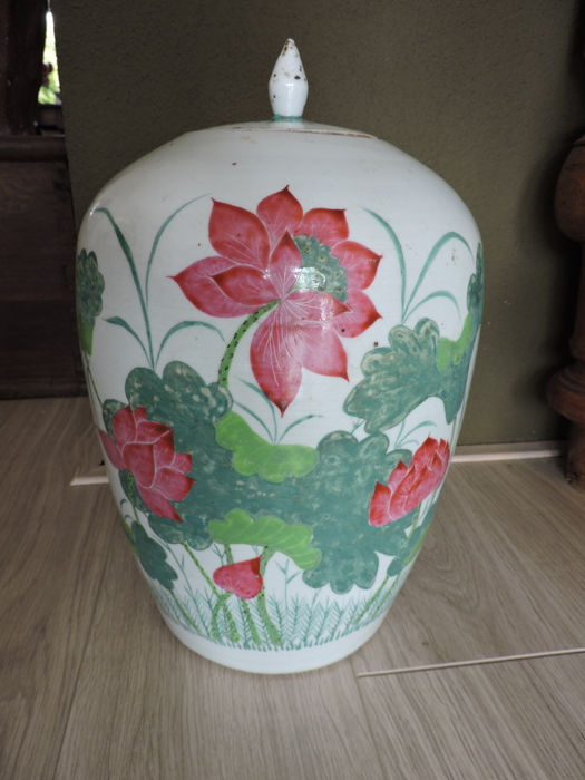 Pot with lid, with floral decorations and characters - China - approx. 1920
