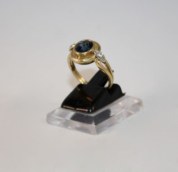 Ring in 18 kt gold with central sapphire of 1.50 ct and accent diamonds of 0.08 ct - Size 16.5