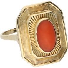 14 kt – Yellow gold ring set with an oval, cabochon cut precious coral – Ring size: 17.75 mm