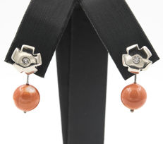 18 kt white gold earrings with flower design set with diamonds, and Pacific coral