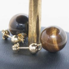 18 kt Gold Earring with bead of 5 mm made in Tiger's eye, 13 mm