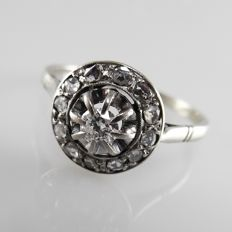 Art Deco cluster ring in white gold with diamonds, central diamond of 0.14 ct