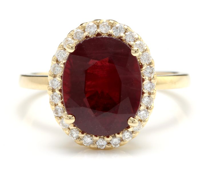 Ring in 14 kt gold with central ruby and diamonds of 5.86 ct Size 54 5/8 ***No reserve***