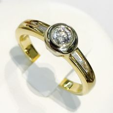 Yellow/white gold diamond ring, with brilliant cut diamonds of 0.50 ct in total