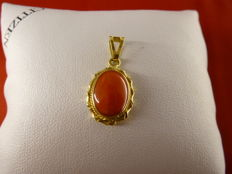 Pendant, 18 kt gold and coral – 13 x 19 mm (excluding bail).