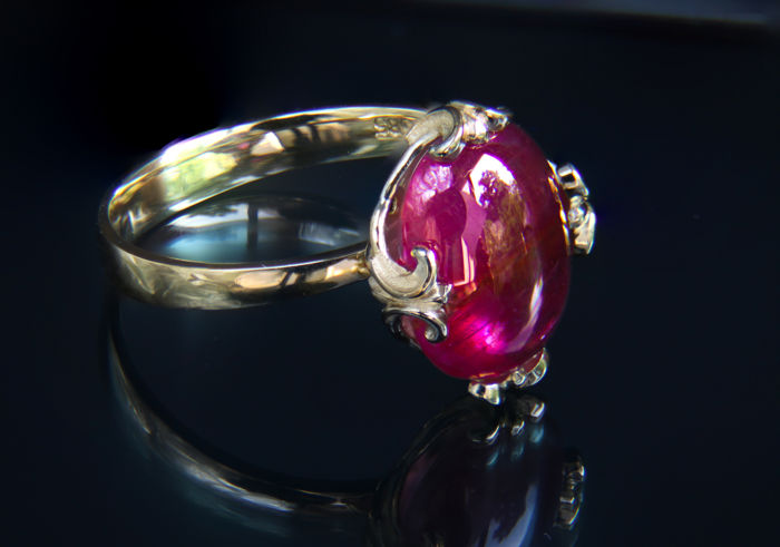 14 kt and 9.93 ct. ruby gold ring. Ring size: 18.5 mm. (8.5 US) *No reserve*