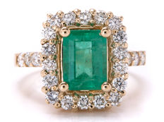 Gold cocktail ring with diamonds and emerald – 2.76 kt in total - ring size: 17.67mm **No Reserve/No Reserve**