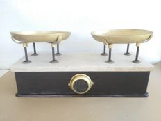 Old and large scale with base in cherry wood and white marble, brass plates, four brass weights - Italy - early 1900s