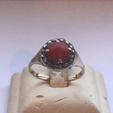 14 kt gold women's ring with diamonds and blood coral, 1.41 ct in total
