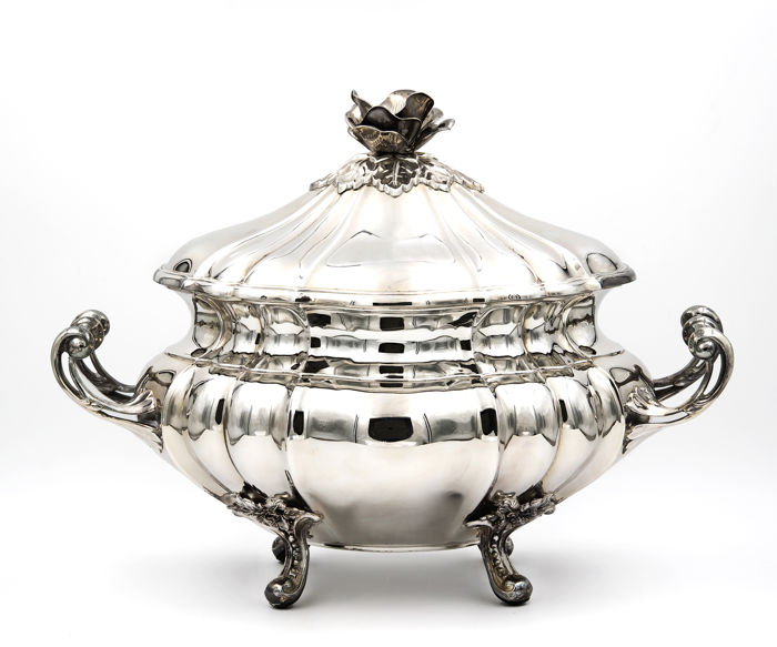 Tureen in  sterling silver by the brand Pedro Durán, fluted and decorated with fine floral motifs - Spain - 20th/21st century