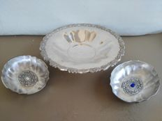 Pair of silver plated signature bowls with nice decorations, marked Riflessi D'Arte, and silver plated round centrepiece with pedestal, ONEIDA U.S.A.