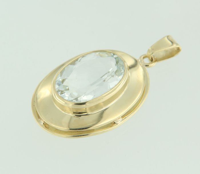14 kt yellow gold pendant set with blue topaz