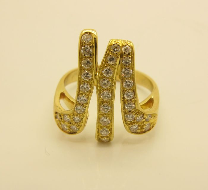 "18 ct yellow gold ring, ""M"" or ""W"" shape, with brilliant cut diamonds (approx. 0.66 ct, G/VS2). Size 14 (54) *No reserve price*"