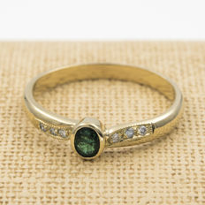 18 kt gold - cocktail ring - 0.25 ct diamonds - 0.70 ct emerald - ring size 25 (Spain).